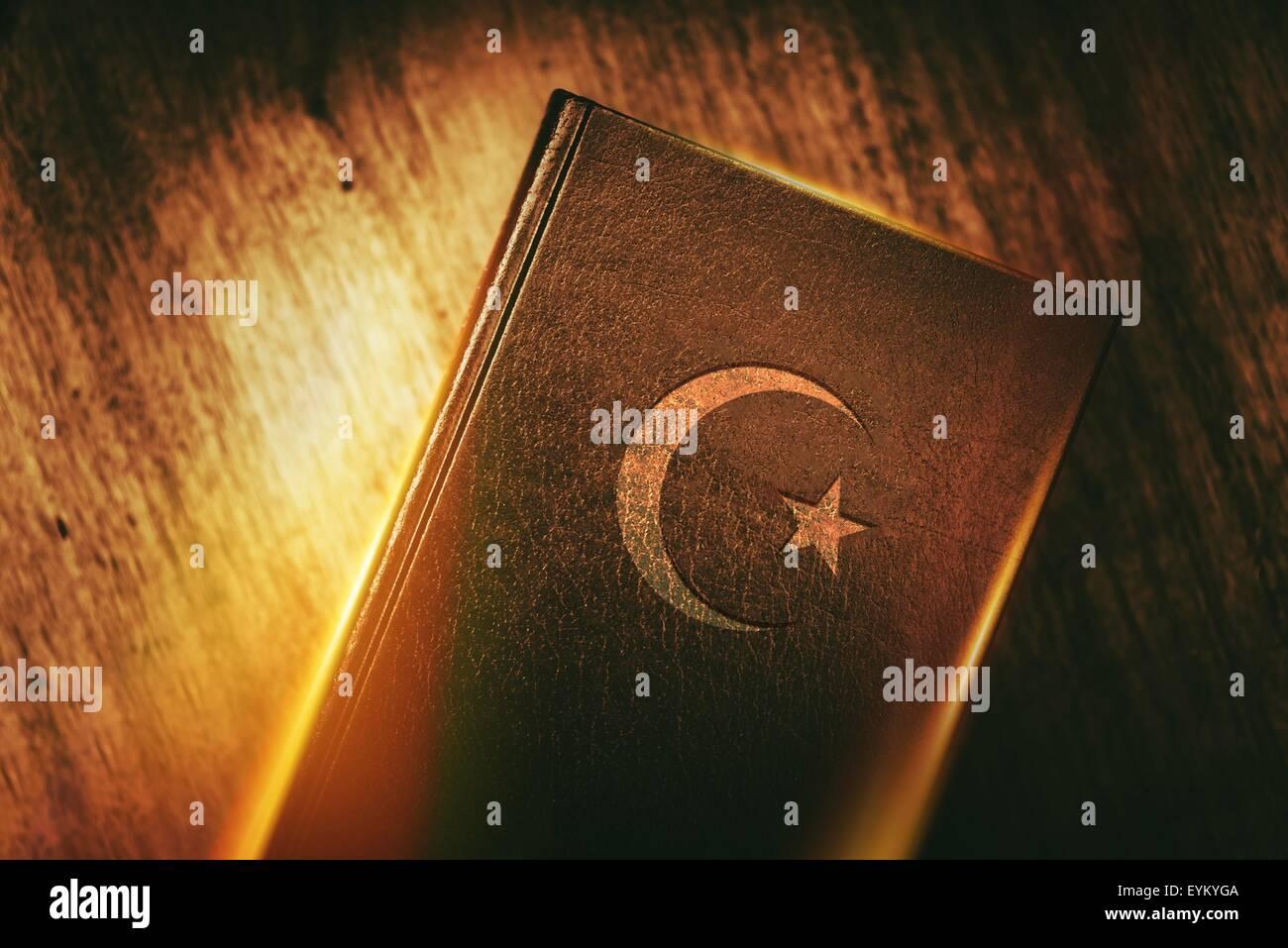 L'Islam concept book con Stella e Crescent. Corano testo religioso dell'Islam concetto foto. Immagini Stock