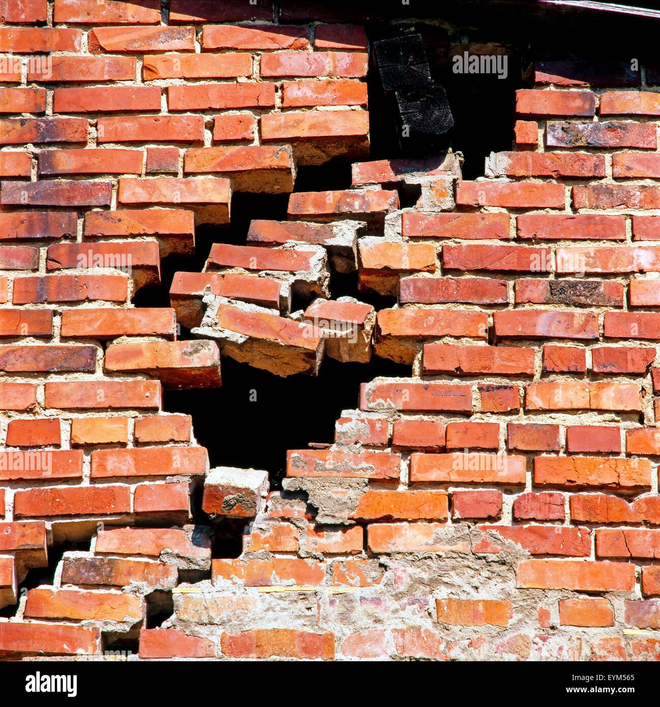Difettoso e parete di mattoni minaccia di crollare, pasticcio di costruzione, Immagini Stock