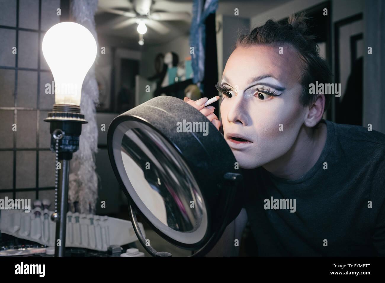 Maschio di drag queen mettendo su make up e vestirsi in prepration per una performance Immagini Stock