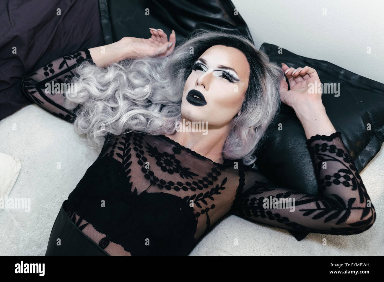 Maschio di drag queen in posa per pin-up ritratto di stile a casa. Foto Stock