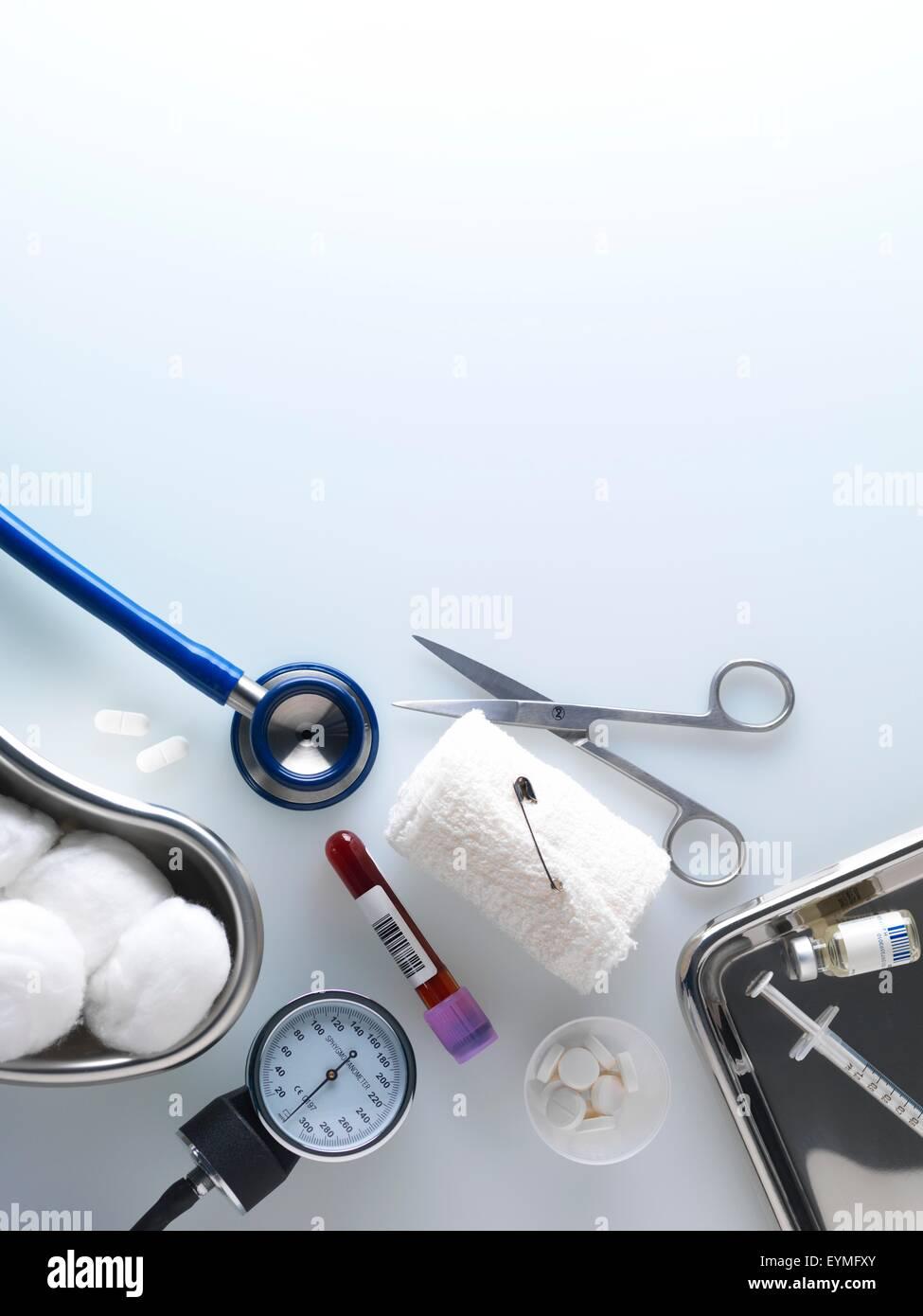 Un assortimento di attrezzature mediche e materiali di consumo Immagini Stock