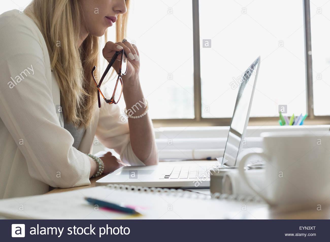 Architetto utilizzando laptop alla scrivania in ufficio Immagini Stock