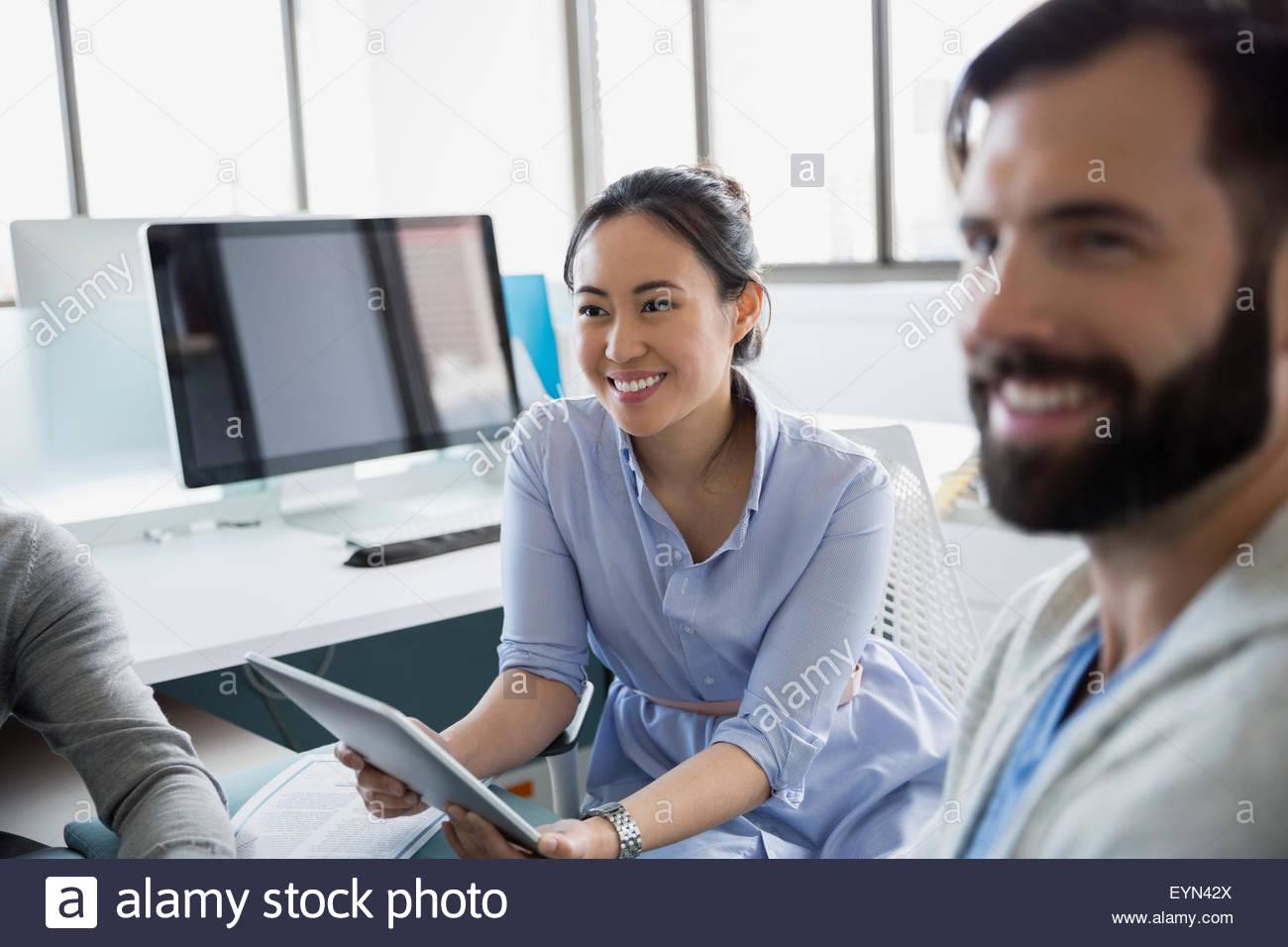 La gente di affari con tavoletta digitale in ufficio Immagini Stock