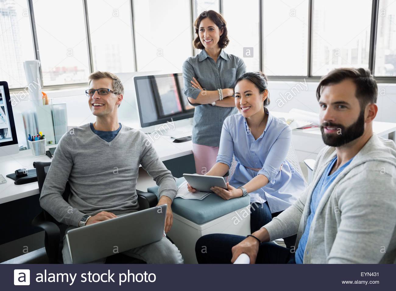 La gente di affari con tavoletta digitale e l'ufficio portatile Immagini Stock