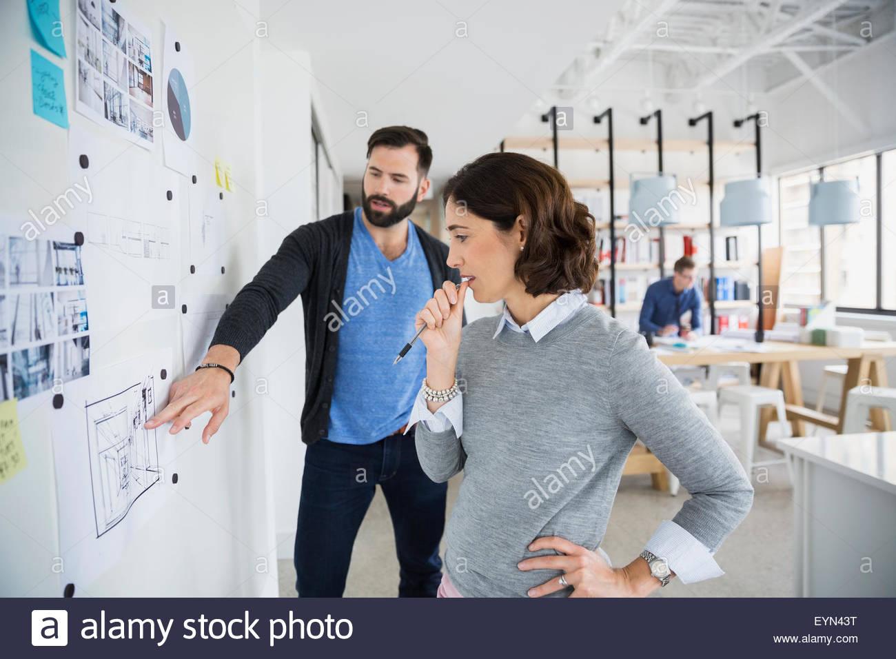 Gli architetti di incontro e discussione blueprint in office Immagini Stock