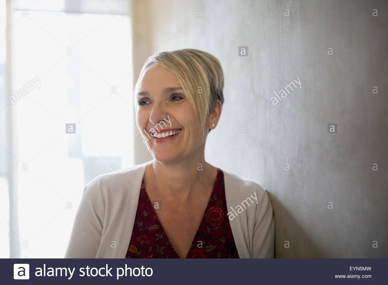 Ritratto sorridente bionda imprenditrice guardando lontano Immagini Stock