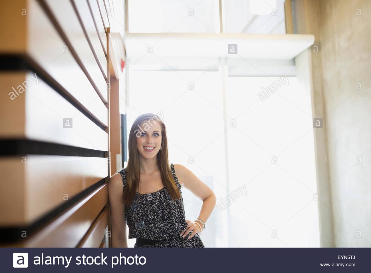 Ritratto di donna fiducioso appoggiata sulla parete Immagini Stock