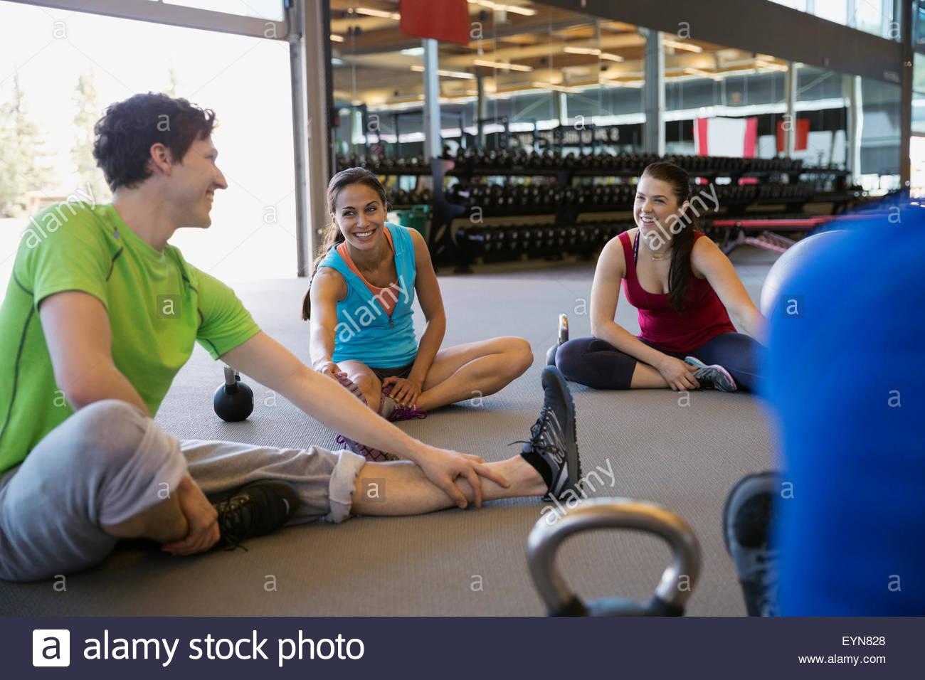 Classe di esercizio di stretching bicipiti femorali in palestra Immagini Stock