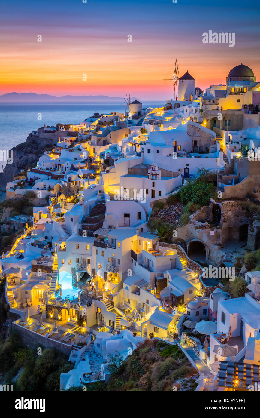 Tramonto iconica nella cittadina di Oia sull'isola greca di Santorini (Thera). Immagini Stock