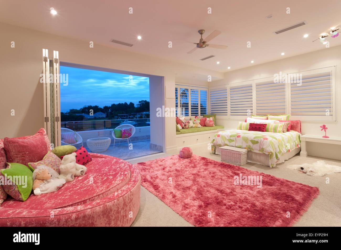 Divano Forma Rosa : Spaziosa camera da letto con una rosa di forma ovale divano e una