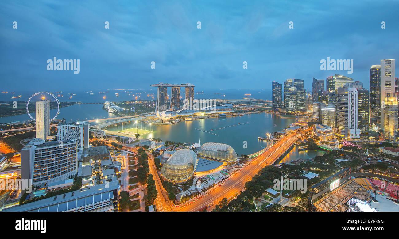 I grattacieli di Singapore nel centro cittadino in serata. Immagini Stock