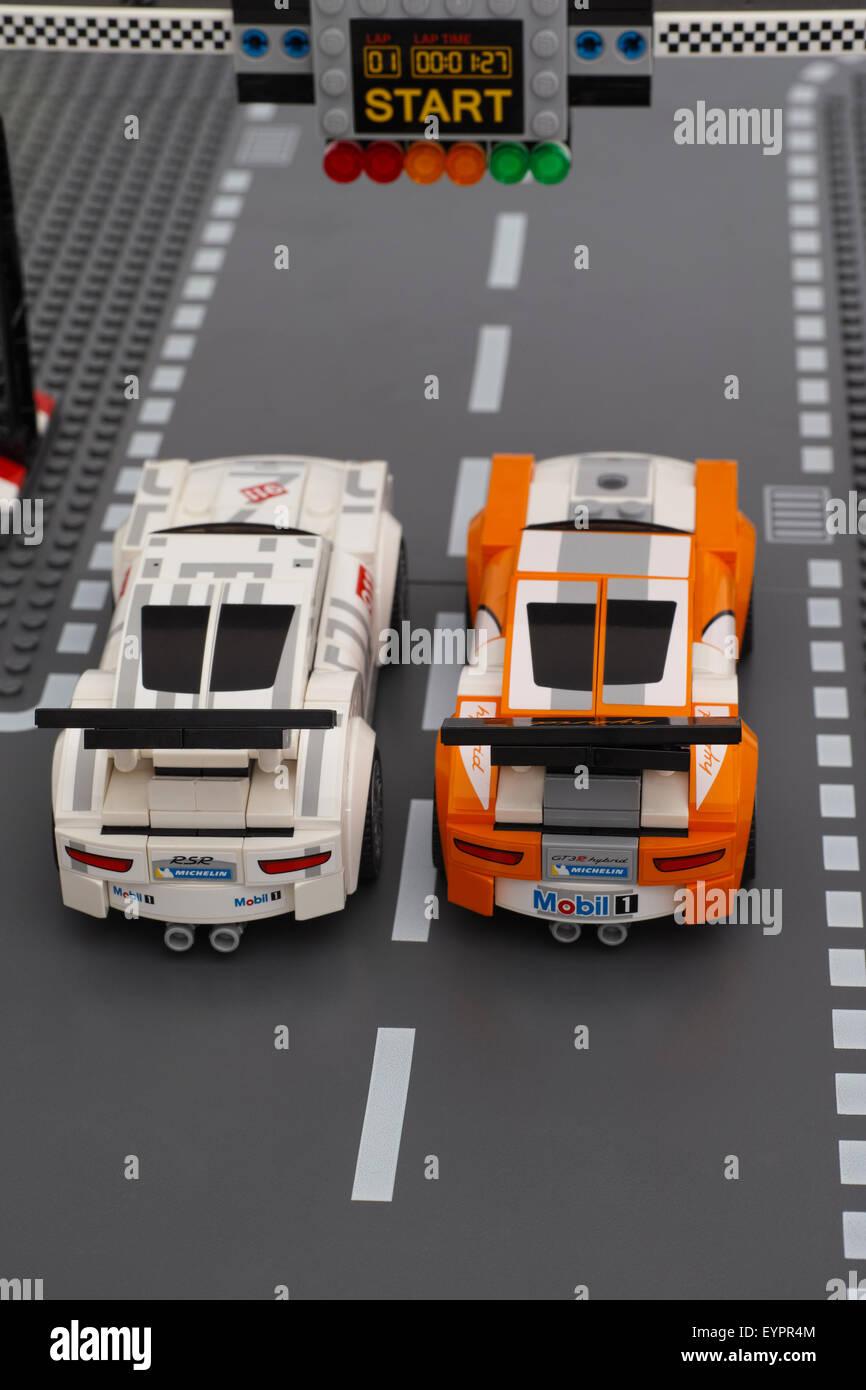 Due Lego Porsche 911 GT auto da corsa di velocità LEGO Champions stand sull'inizio-fine linea. Immagini Stock