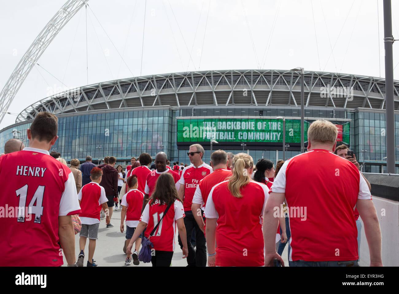 Arsenal Football Supporters voce per lo stadio di Wembley a guardare la protezione comunitaria 2015 Immagini Stock