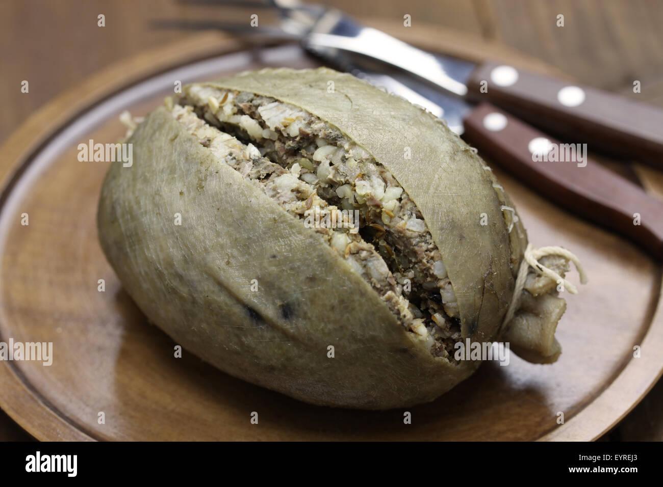 In casa haggis, Scozia cibo isolato su sfondo di legno Immagini Stock