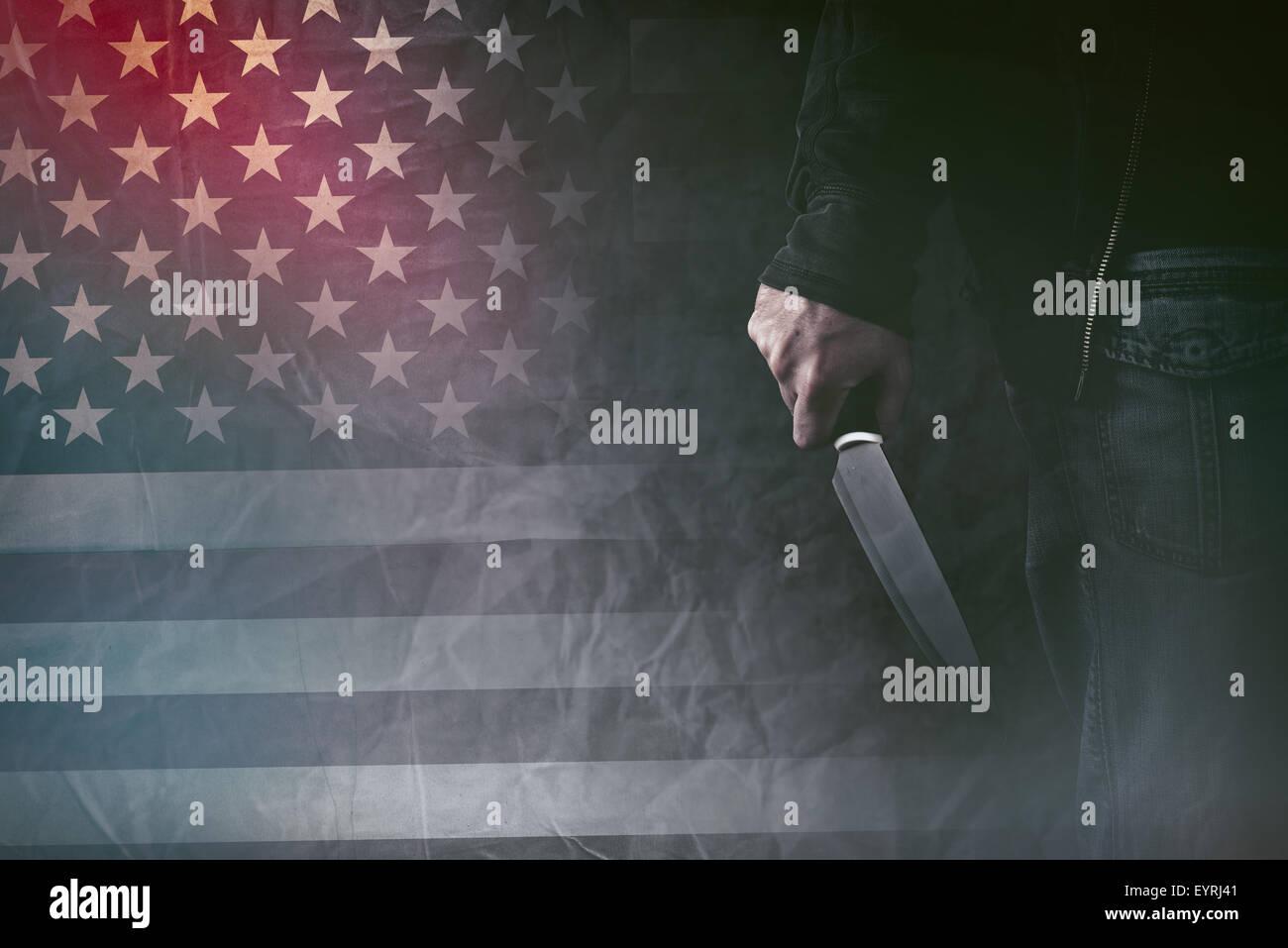 American serial killer, maschio mano con coltello affilato e grunge bandiera degli Stati Uniti in background, dai Immagini Stock