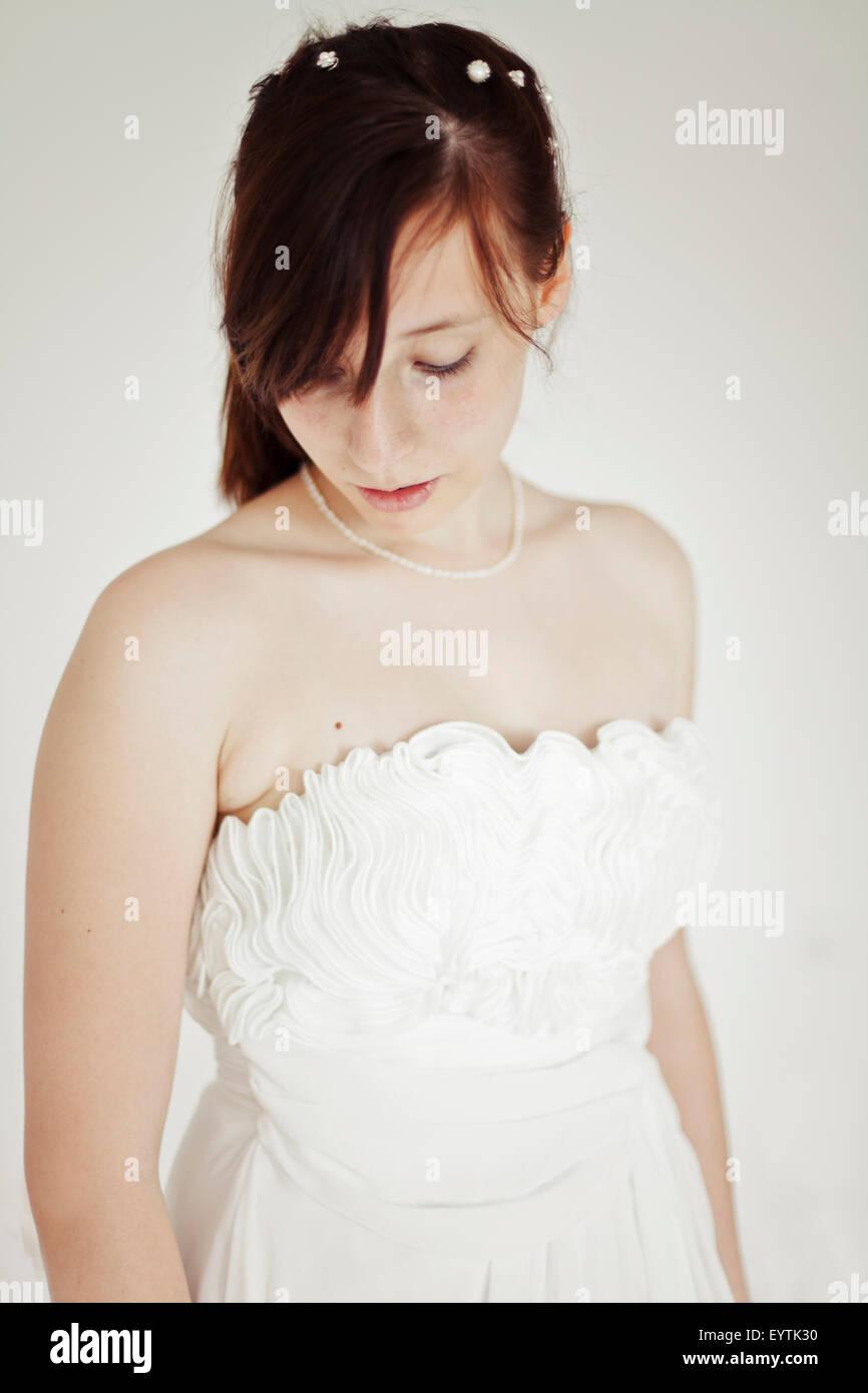 Giovane sposa, abbattuto guardare, ritratto, Immagini Stock