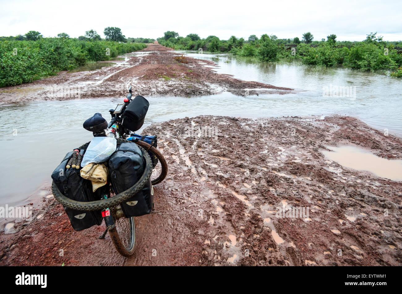 Strade allagate dopo la pioggia in Angola e la difficoltà di viaggiare Immagini Stock