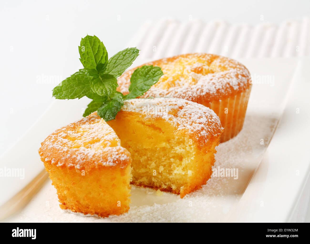 Crema pasticcera riempito muffin su piastra Foto Stock