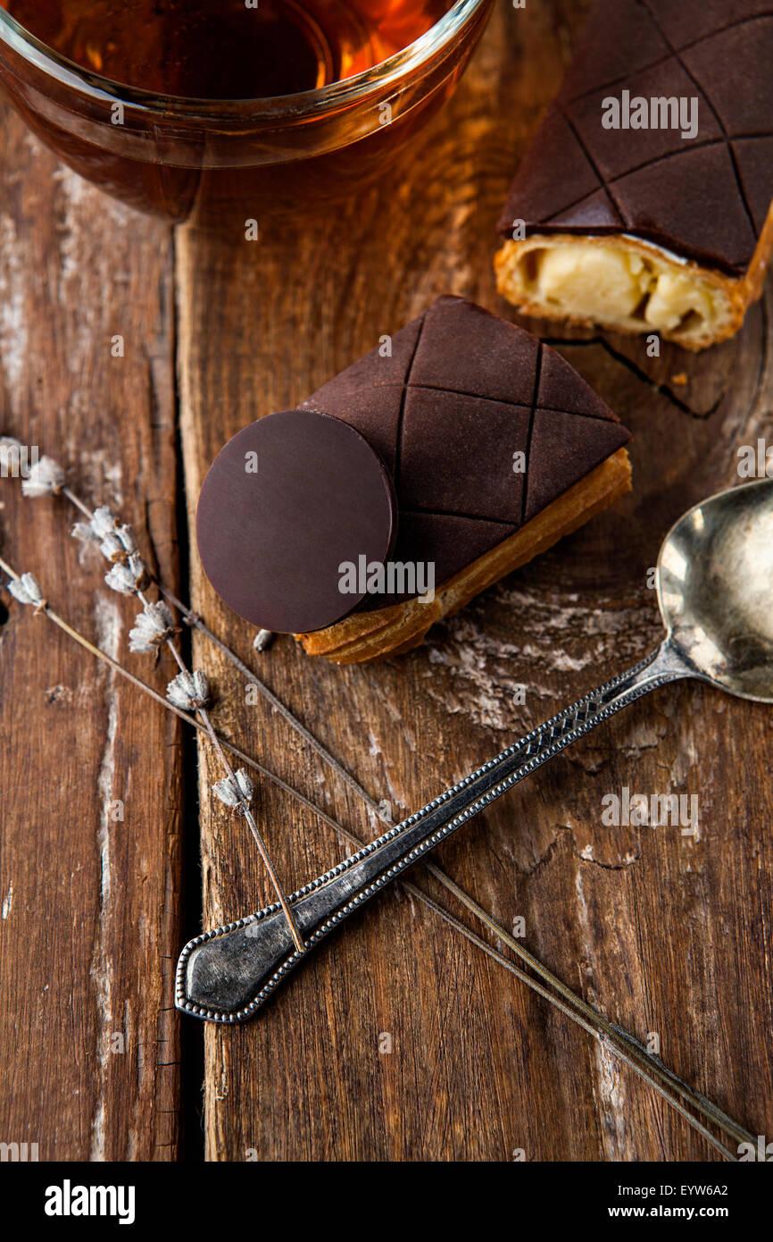 La squisita crema dessert eclair cosparso con il cioccolato Immagini Stock