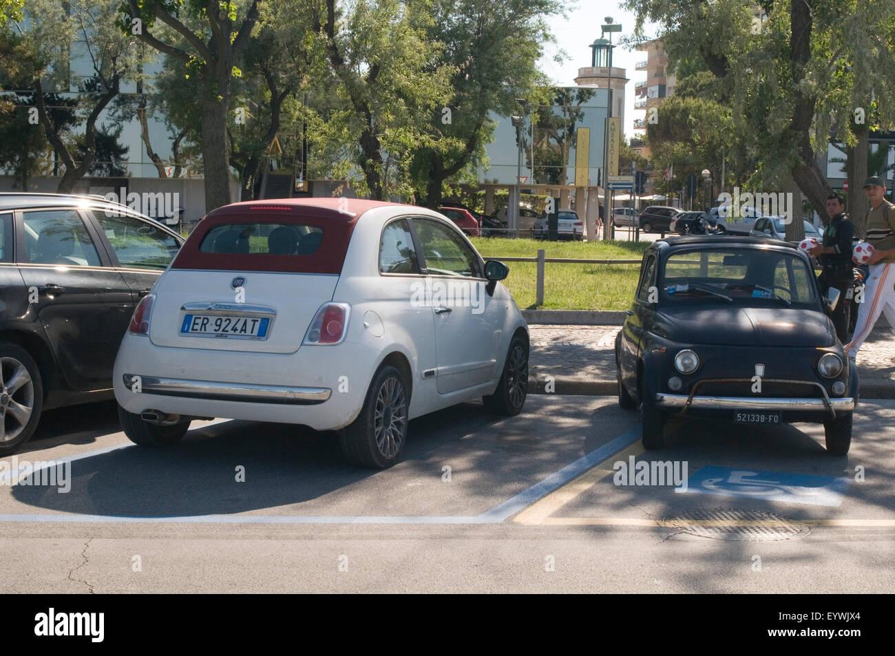 Fiat 500 vecchio nuovo formato classico e moderno confronto enorme big bigger auto automobili getting piccola piccola Immagini Stock