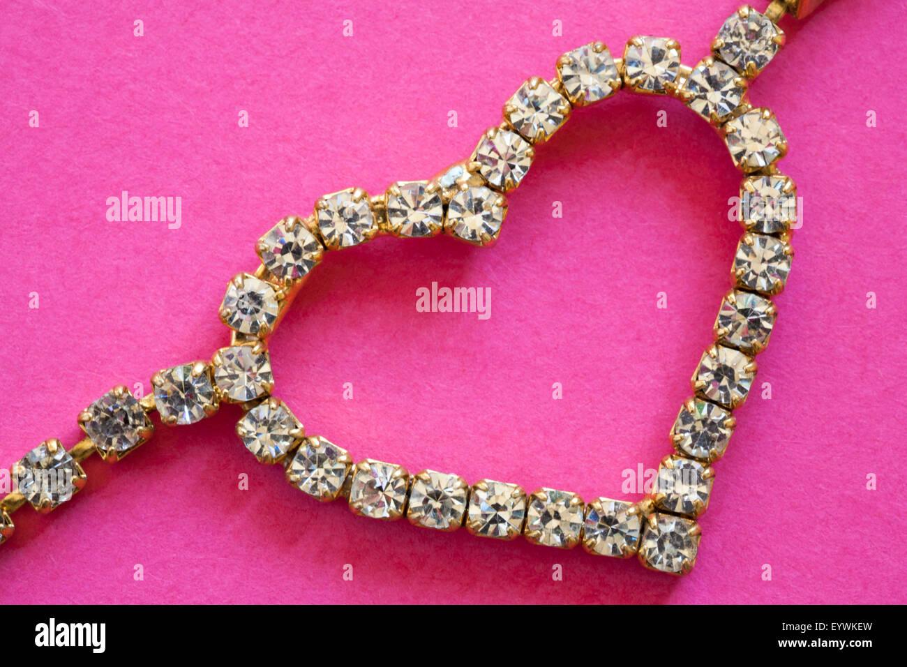 Cuore splendenti gioielli bling su sfondo rosa - ideale presente regalo per il giorno di San Valentino, il giorno Immagini Stock