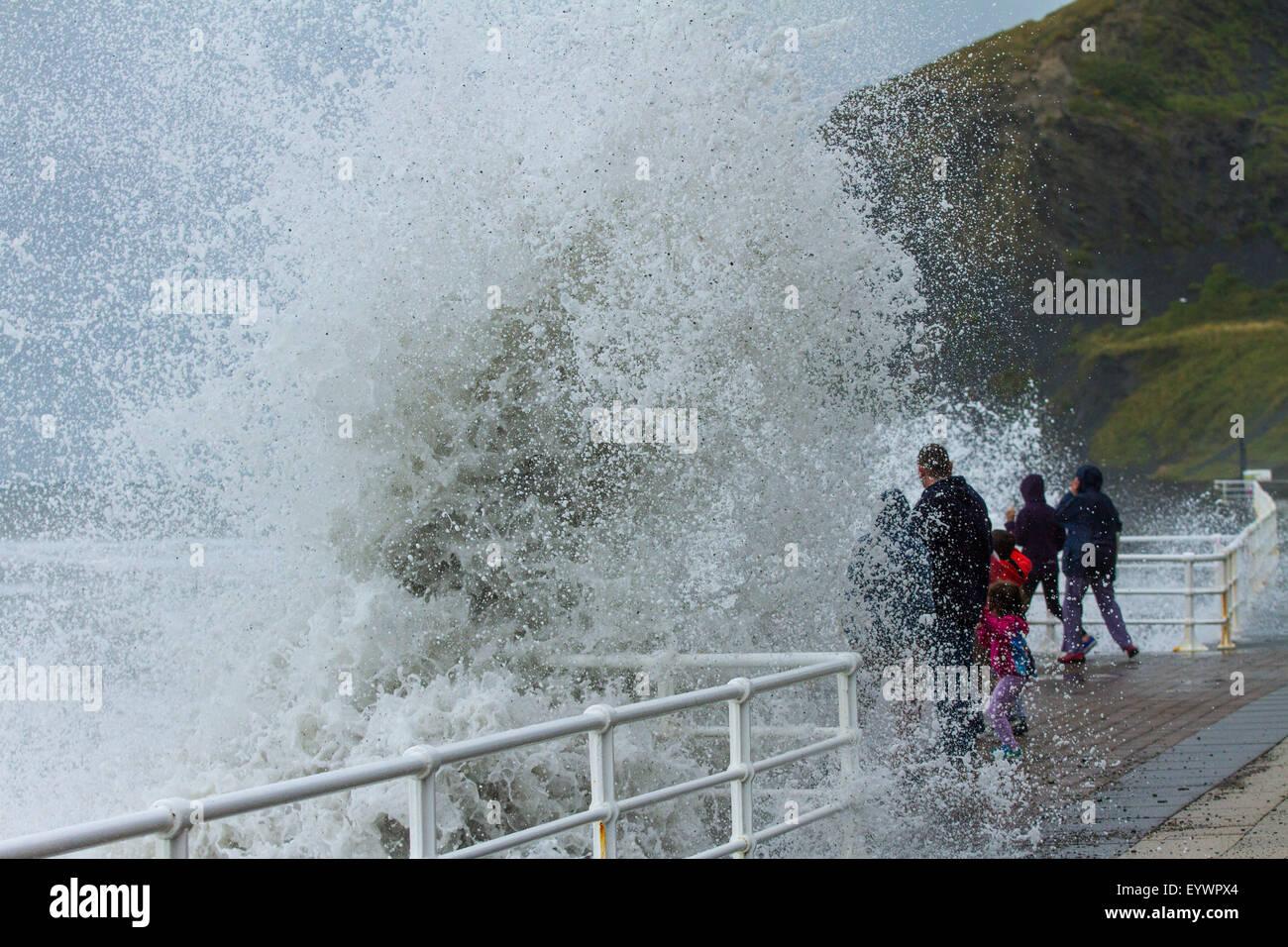 Aberystwyth, Wales, Regno Unito. Il 4 agosto 2015. Le tempeste. Un 5-8 piedi si gonfiano, venti alti e un alta marea Immagini Stock