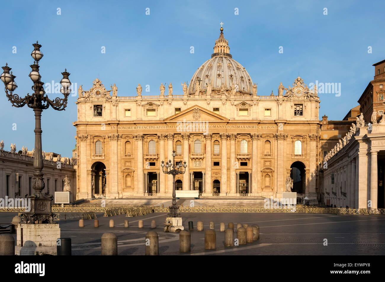 Basilica di San Pietro e Piazza San Pietro la mattina presto, Città del Vaticano, Sito Patrimonio Mondiale dell'UNESCO, Foto Stock