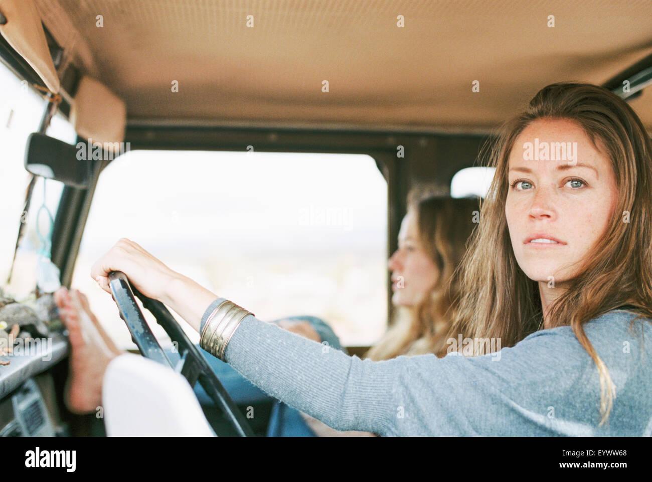 Due donne durante una gita nel deserto in un 4x4. Immagini Stock