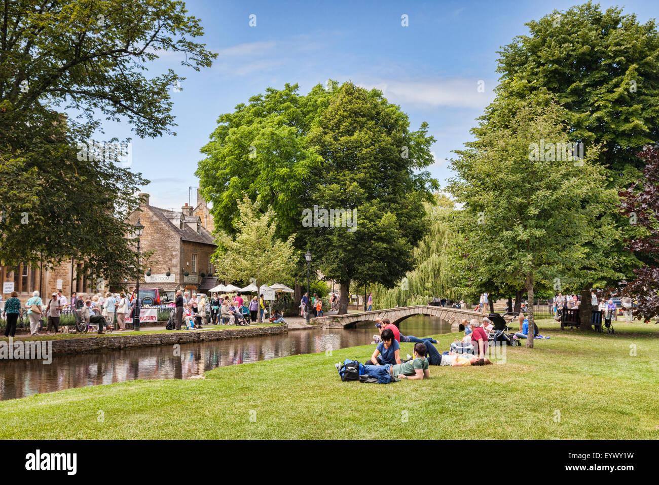 I turisti in una giornata fuori in un pomeriggio estivo nel villaggio Costwold di Bourton-on-the-acqua, Gloucestershire, Immagini Stock