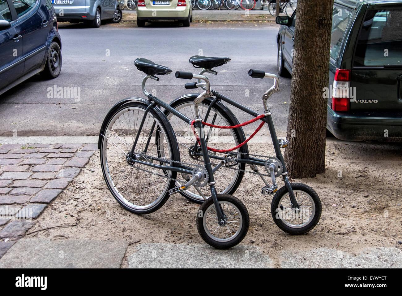 Moderno Penny Farthing biciclette al di fuori del Prêt-à-Vélo designer bike store, Berlino Immagini Stock