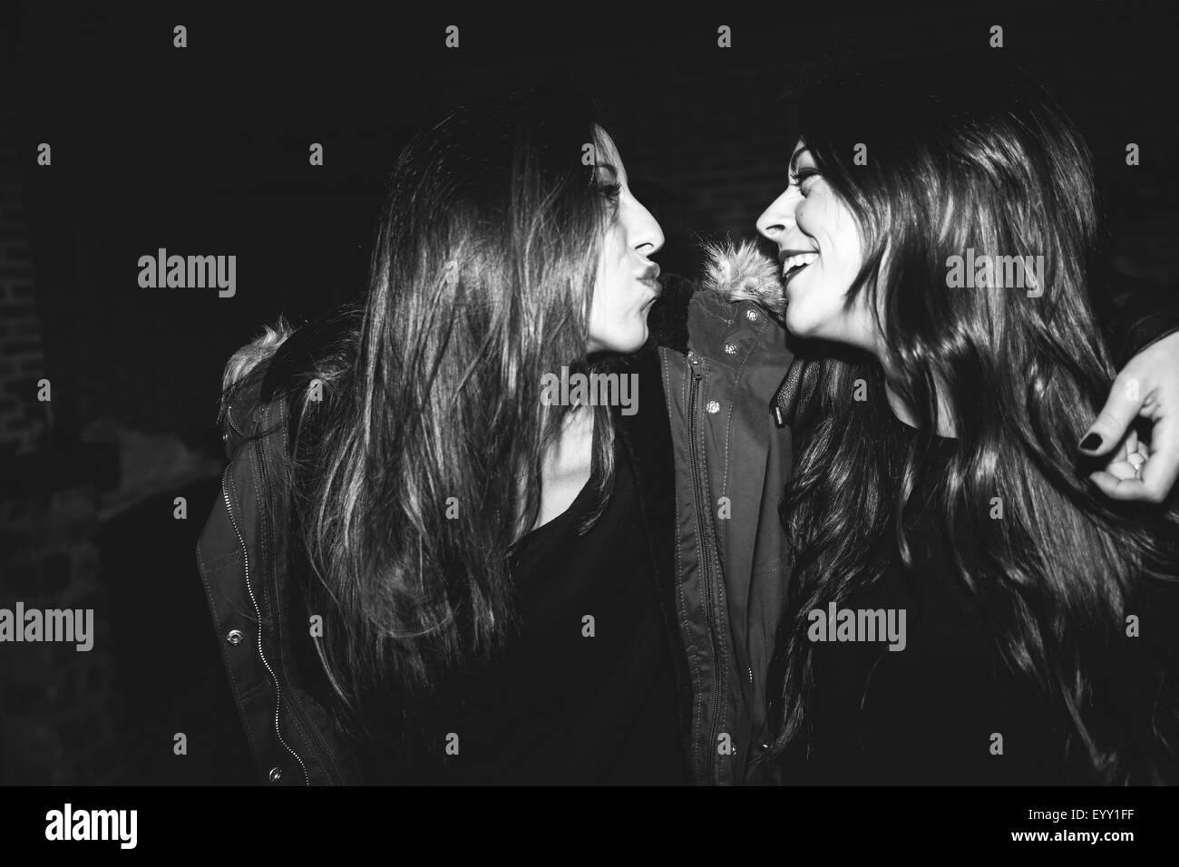 Donna sorridente ridere a parte Foto Stock
