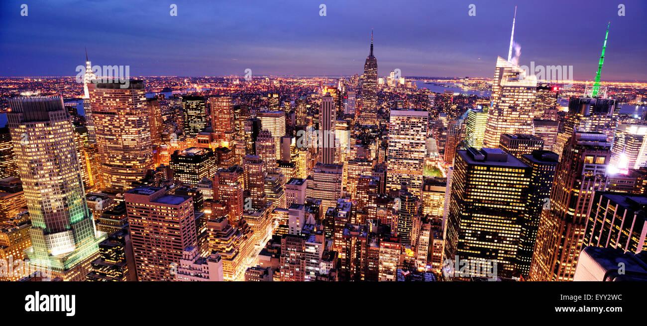 Vista aerea di highrise edifici nel paesaggio urbano di crepuscolo Immagini Stock