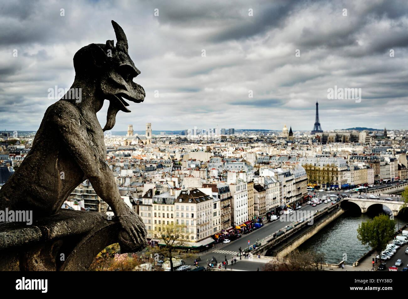 Gargoyle scultura su Parigi cityscape, Ile-de-France, Francia Immagini Stock