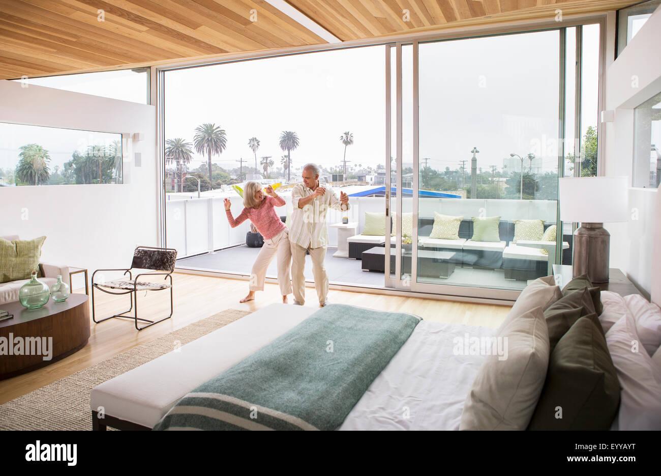 I vecchi Caucasian coppia danzante in camera da letto Foto Stock