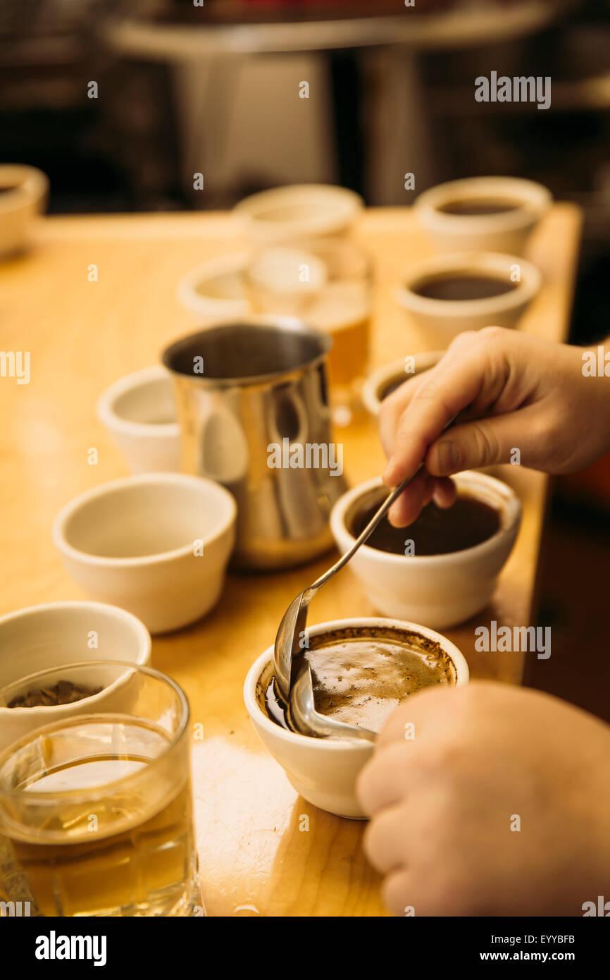 Caucasian barista degustazione di caffè nella caffetteria Foto Stock