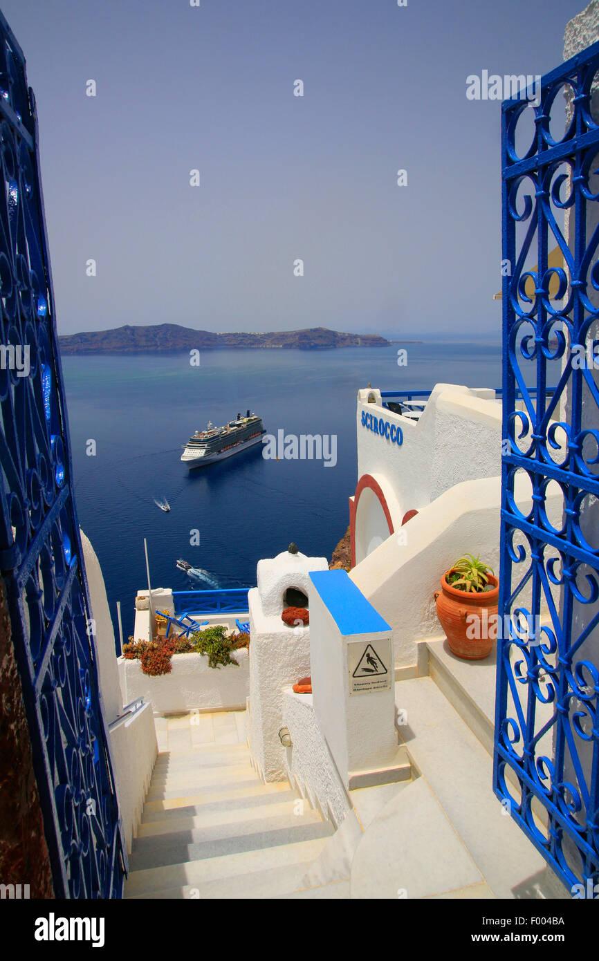 Vista di porta blu a isola vulcanica Nea Kammena e una nave da crociera, Grecia CICLADI, Santorin, Thira Immagini Stock
