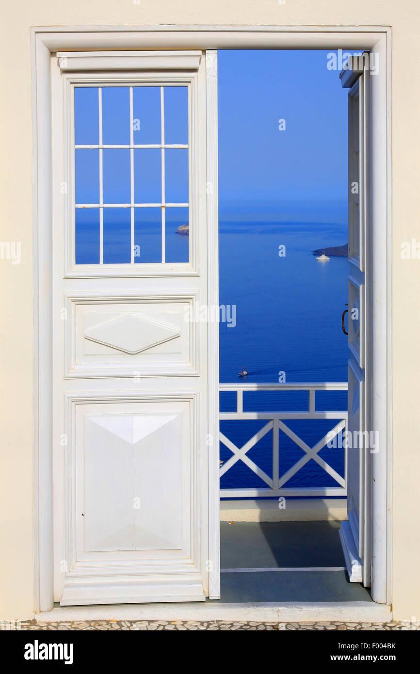 Visualizzare attraverso la porta Bianca al Mare Mediterraneo, Grecia CICLADI, Santorini, Oia Immagini Stock