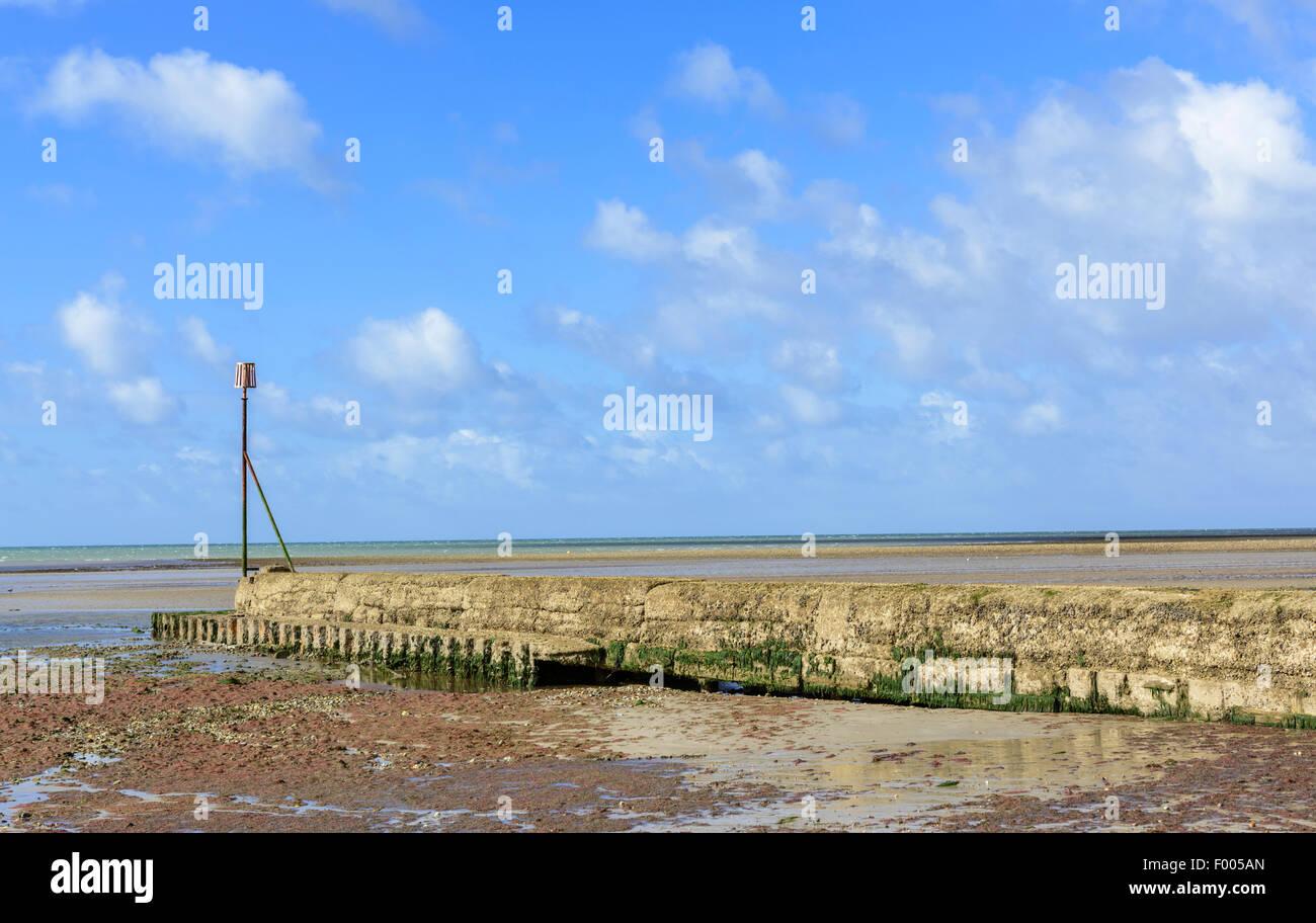 Il tubo di efflusso coperti in cemento sulla spiaggia con la bassa marea in Littlehampton, West Sussex, in Inghilterra, Immagini Stock
