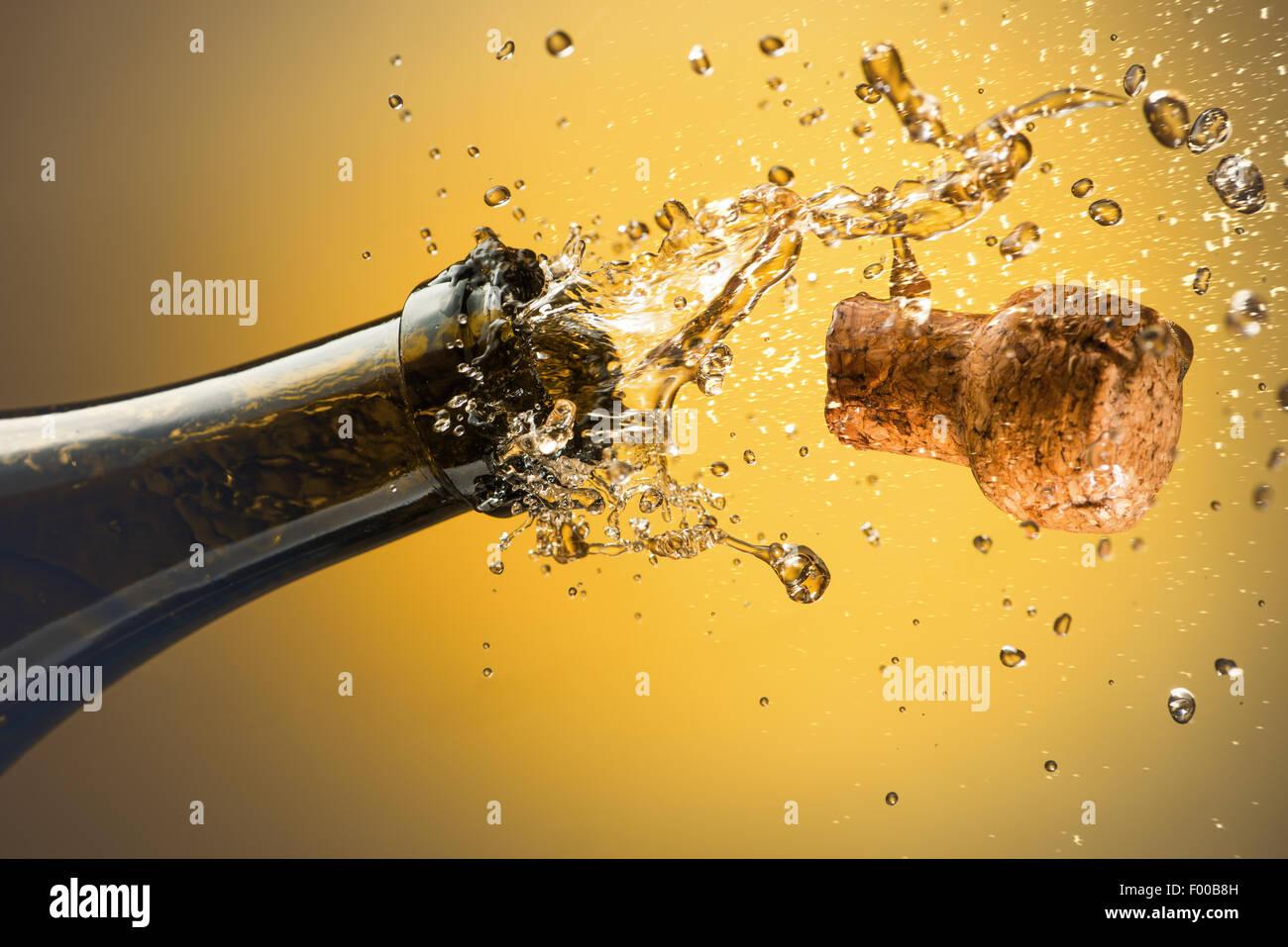 Apertura di una bottiglia di champagne. Celebrazione del concetto. Immagini Stock