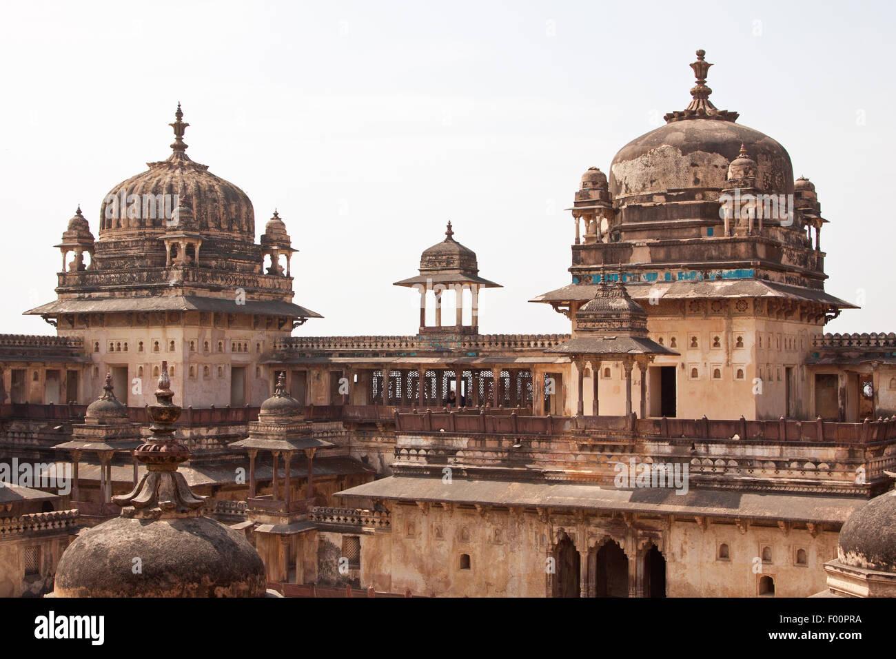 """Parte del XVI secolo Indian Jehangir complesso palazzo a Orchha, significa """"luogo nascosto"""", capitale Immagini Stock"""