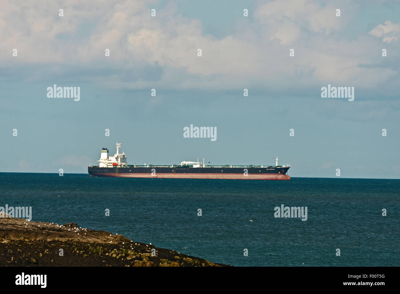 Baia di Moelfre Anglesey North Wales UK Alfa Germania nave cisterna Immagini Stock