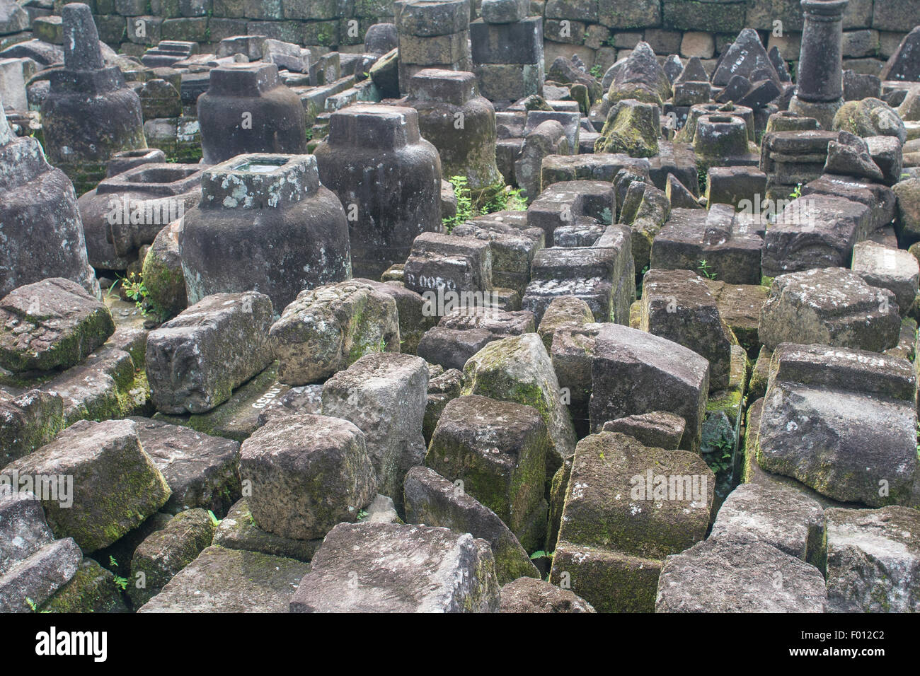 Accozzaglia di blocchi di pietra al 9° secolo tempio buddista, Candi Mendut, di Java, Indonesia. Immagini Stock