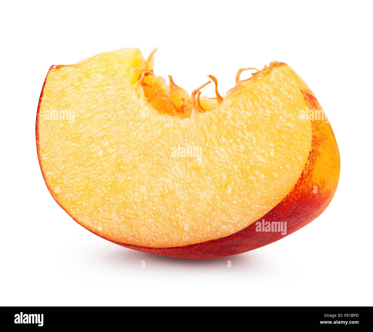 Peach slice isolati su sfondo bianco. Tracciato di ritaglio Immagini Stock