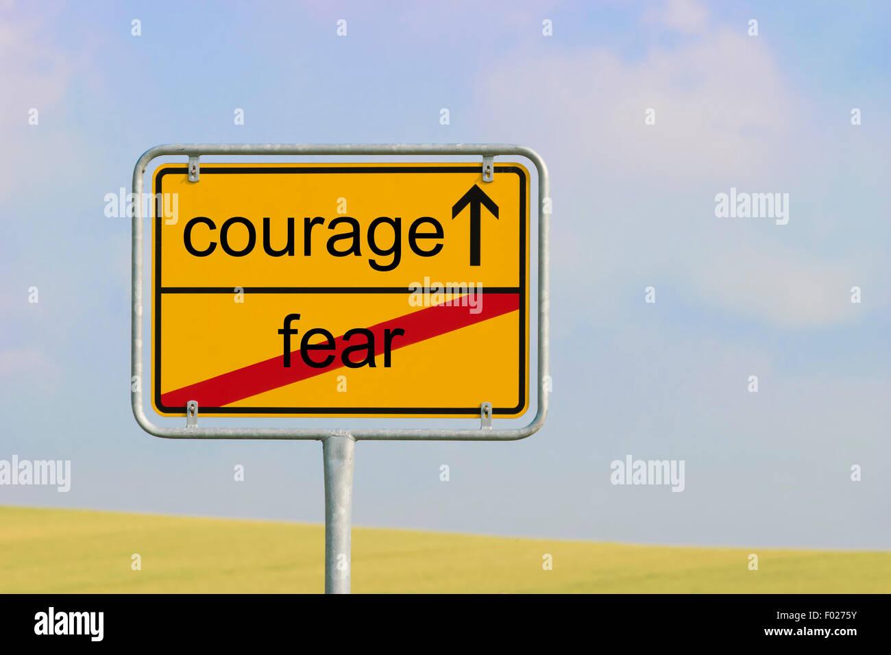 """Città giallo segno con il testo """"paura coraggio"""" Immagini Stock"""
