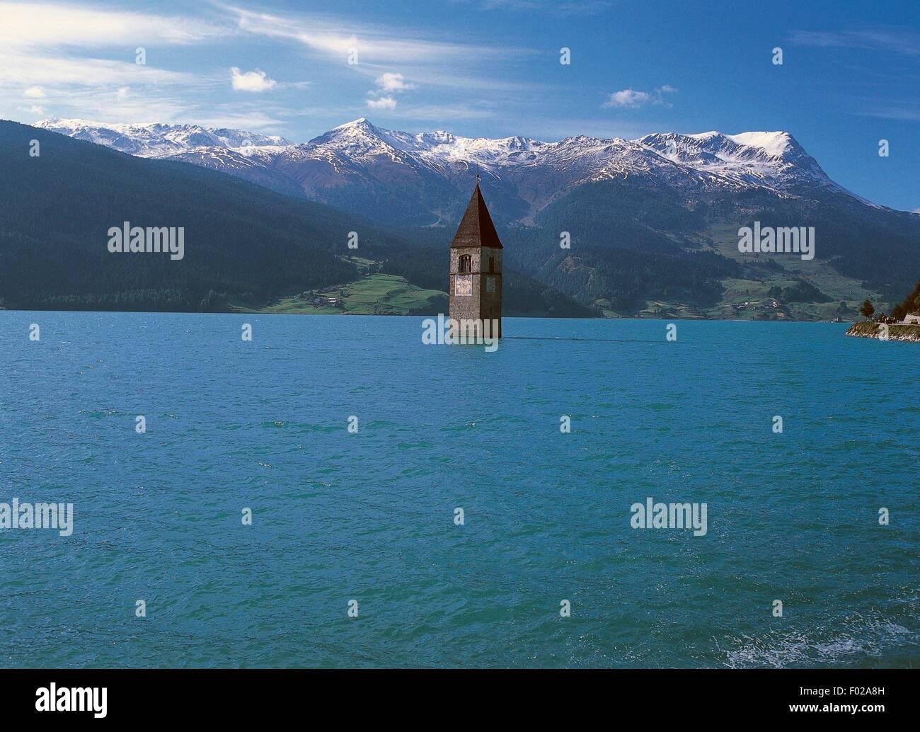 La vecchia torre campanaria (XIV secolo) di Curon Venosta chiesa che sorge fuori delle acque del lago artificiale Immagini Stock