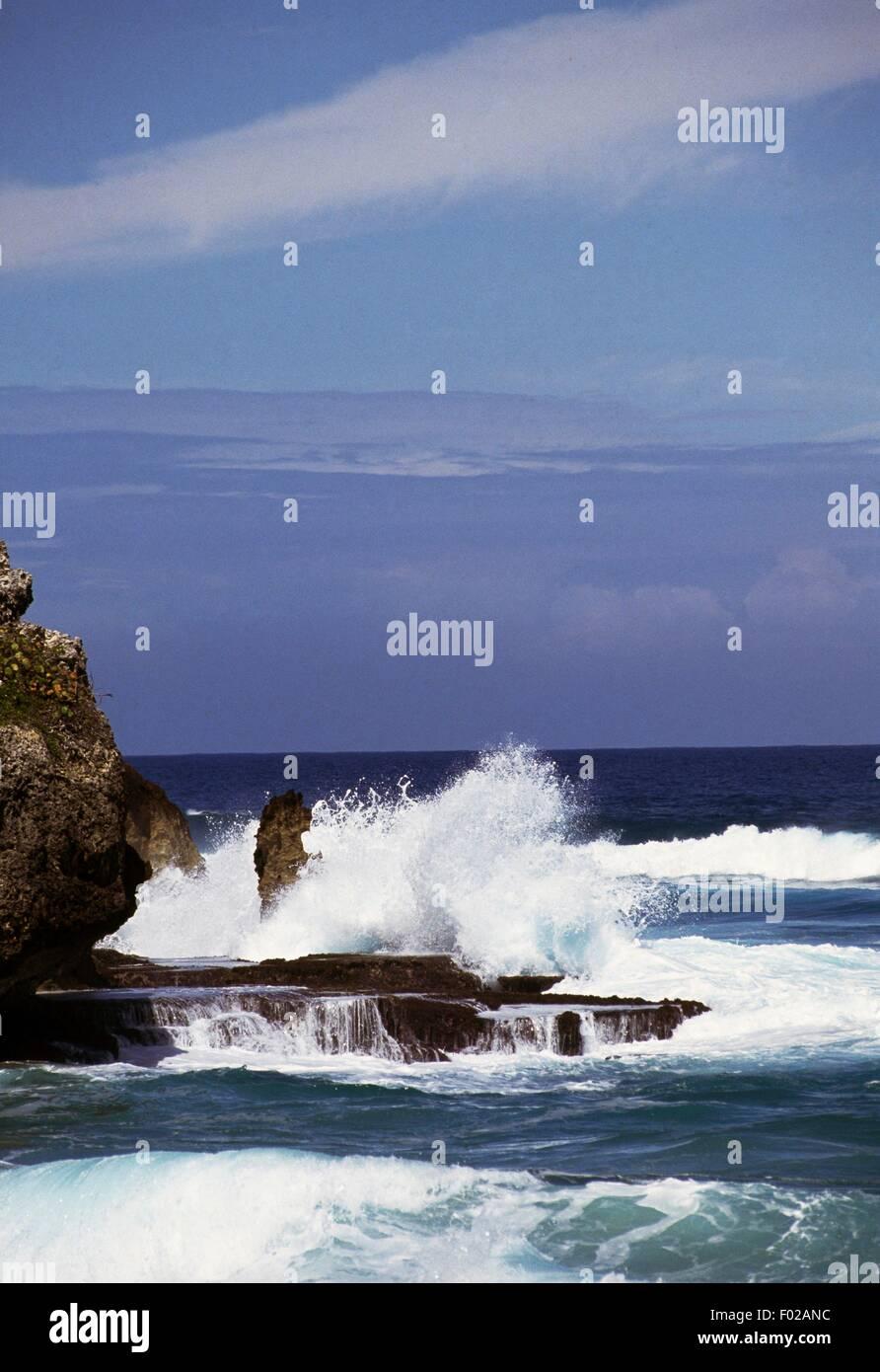 Onde che si infrangono sulla costa rocciosa, Puerto Rico. Immagini Stock