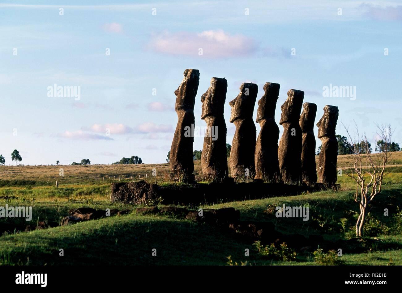 Sette Moai (monolitico sculture antropomorfe), Ahu Akivi sito archeologico, Parco Nazionale di Rapa Nui (Patrimonio Immagini Stock