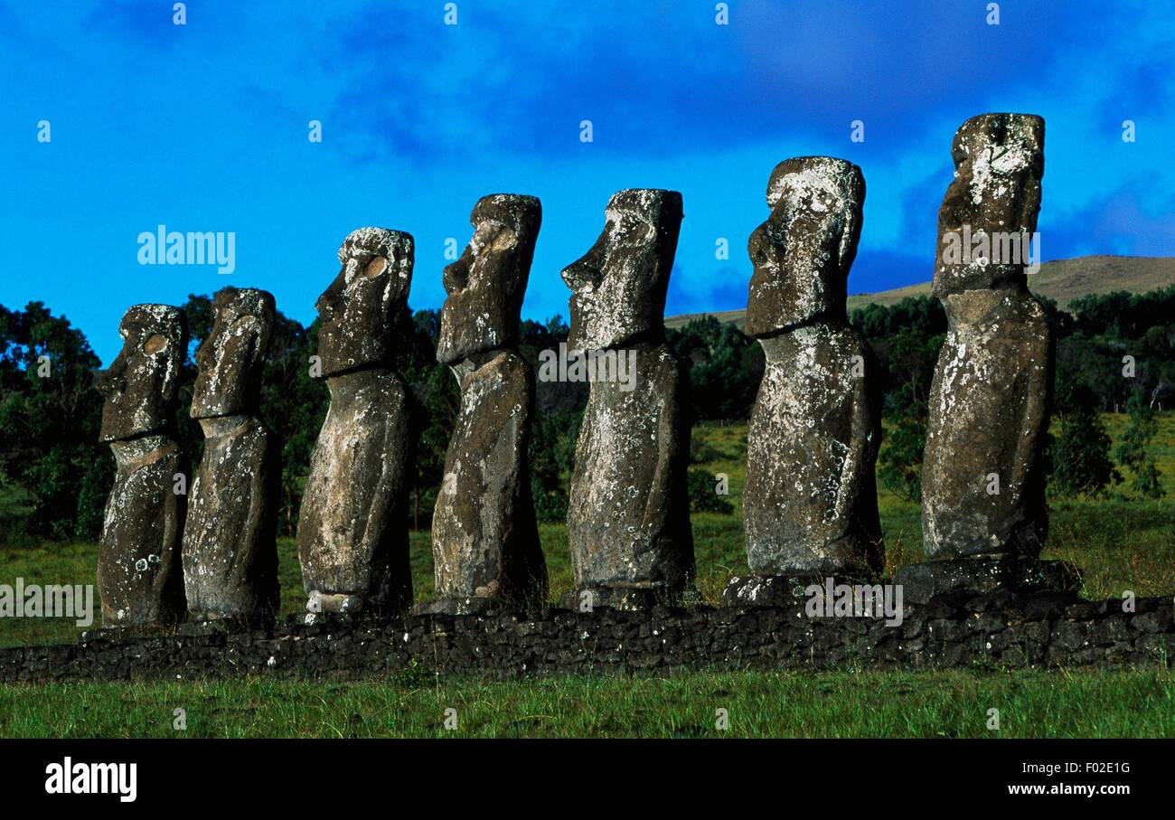 Sette Moai (monolito antropomorfa scultura), Ahu Akivi, Rapa-Nui National Park (Patrimonio Mondiale UNESCO, 1995), Immagini Stock