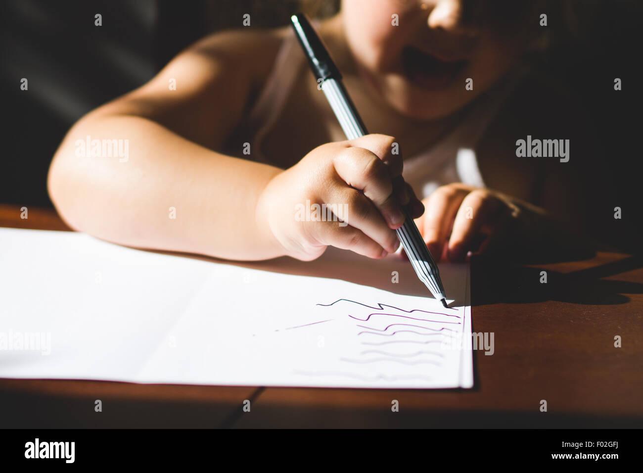 Close-up di una ragazza di disegno Immagini Stock