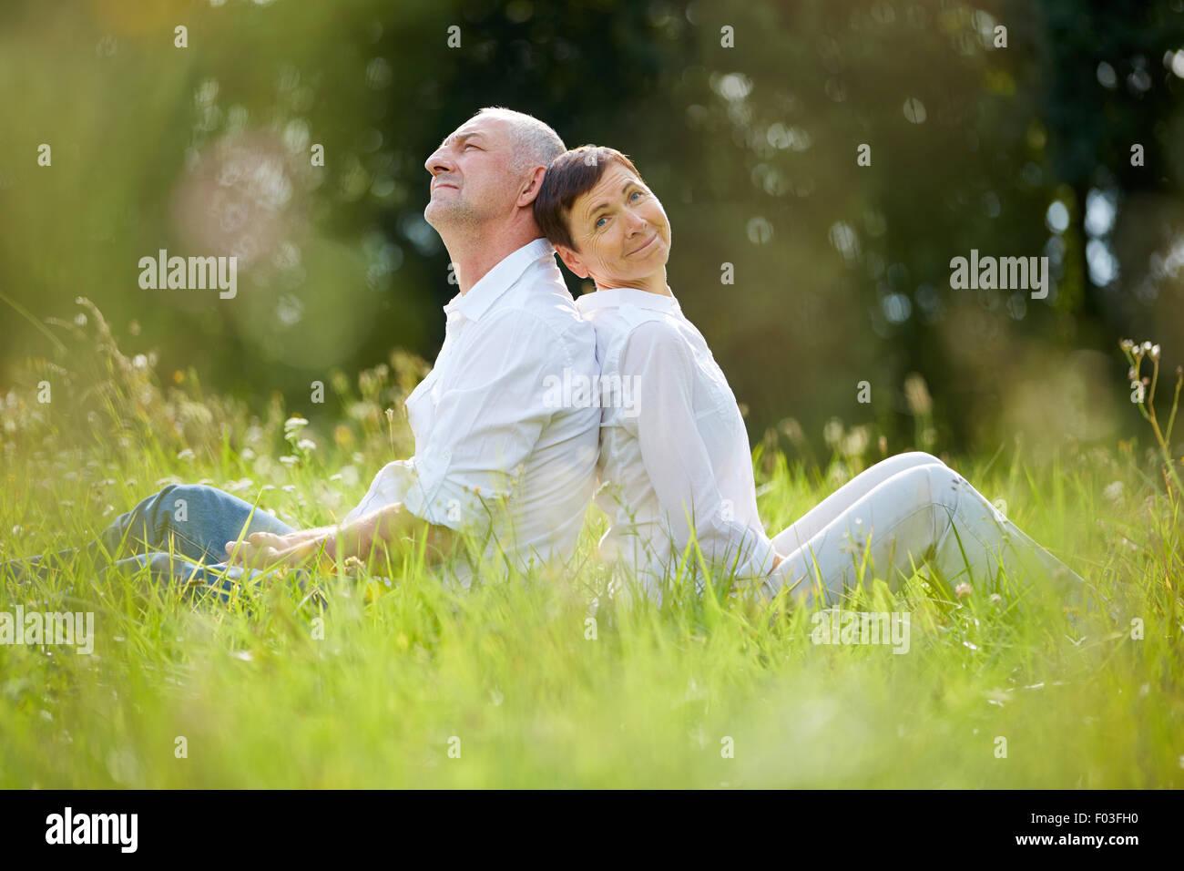 Coppia senior relax nella natura in estate Immagini Stock